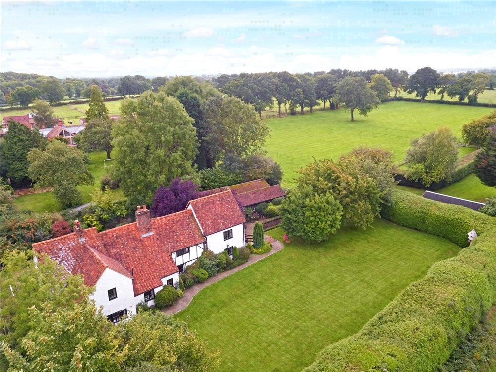 4 Bedrooms Detached House for sale in Water Lane, Bovingdon, Hemel Hempstead, Hertfordshire, HP3