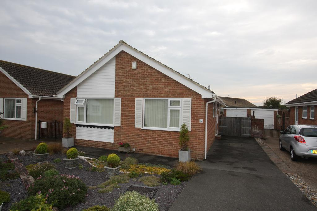 2 Bedrooms Detached Bungalow for sale in Fleming Close, Eastbourne BN23