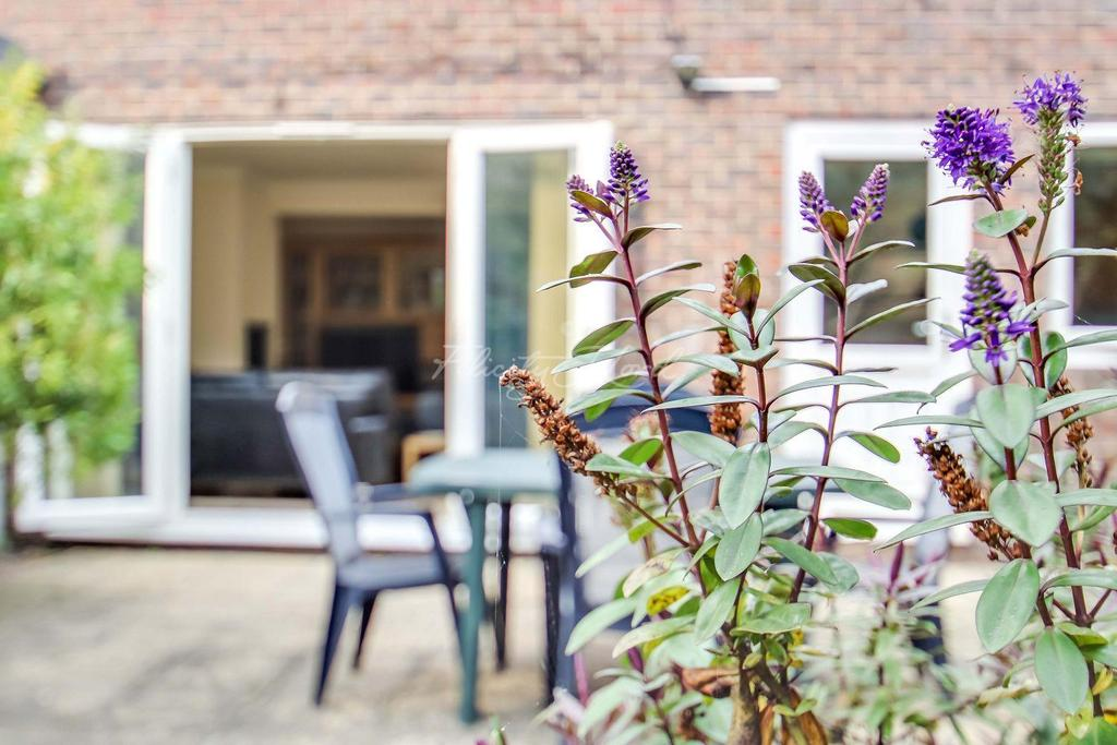 2 Bedrooms Terraced House for sale in The Highway, E1W