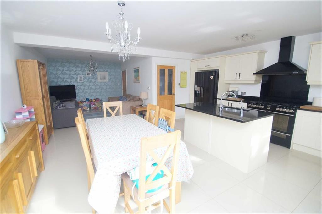 3 Bedrooms Semi Detached House for sale in Woodland Hill, Leeds