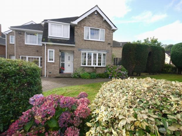 5 Bedrooms Detached House for sale in Long Fallas Crescent Brighouse