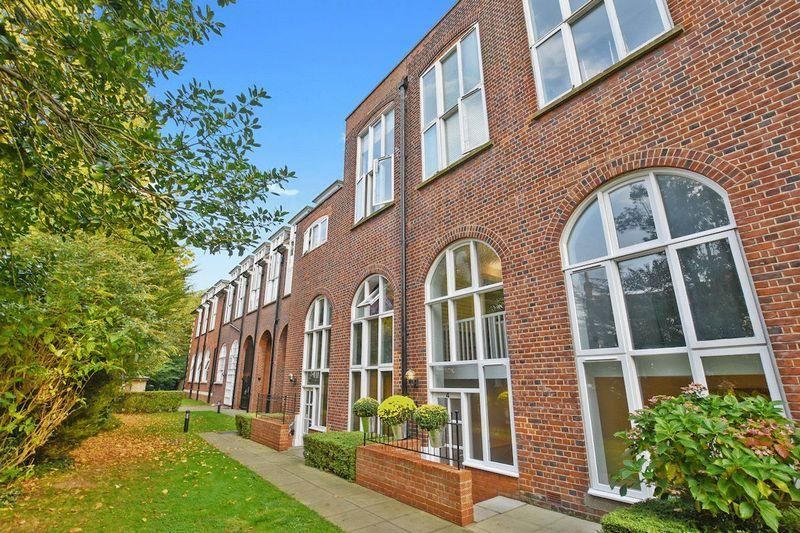 2 Bedrooms Apartment Flat for sale in Sweyne Avenue, Southend-On-Sea