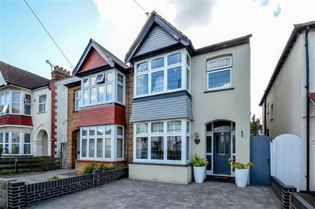 3 Bedrooms Semi Detached House for sale in Dundonald Drive, Leigh-on-Sea