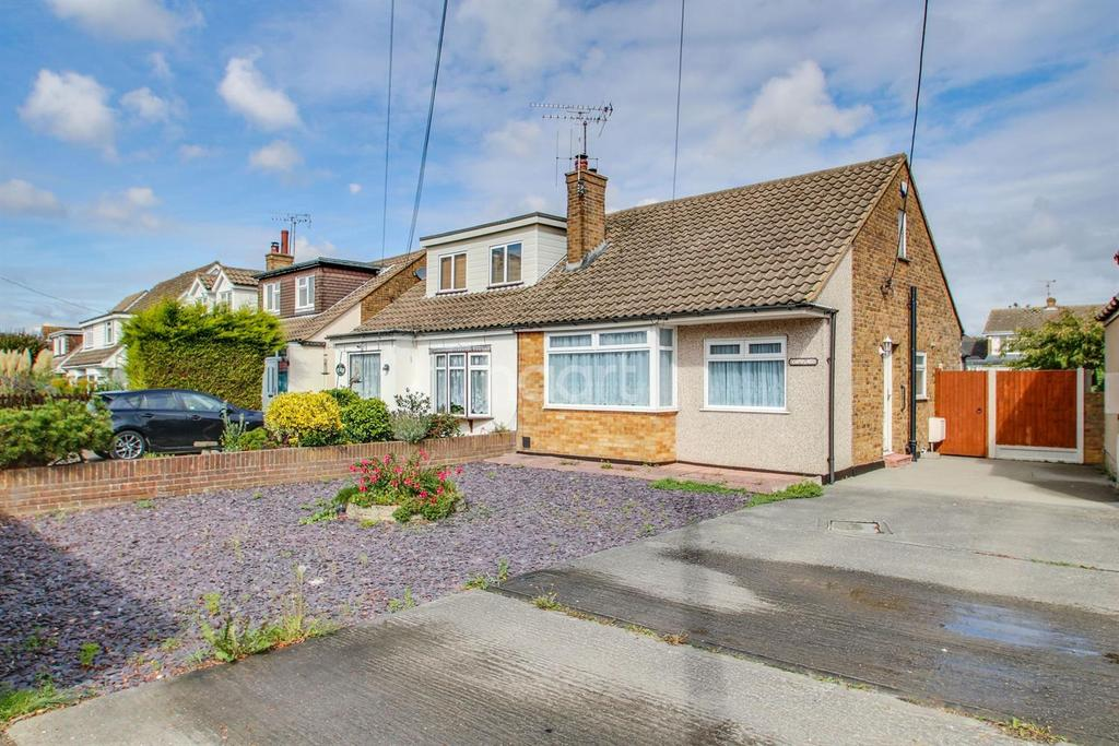 2 Bedrooms Bungalow for sale in Great Burches Road, Thundersley