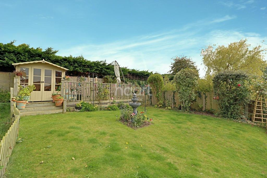 3 Bedrooms Semi Detached House for sale in Chipperfield Road, Kessingland