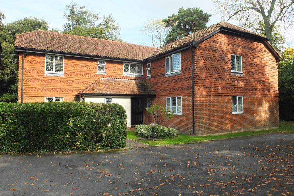 2 Bedrooms Flat for sale in Hatchlands, Cuckfield, Haywards Heath, RH17