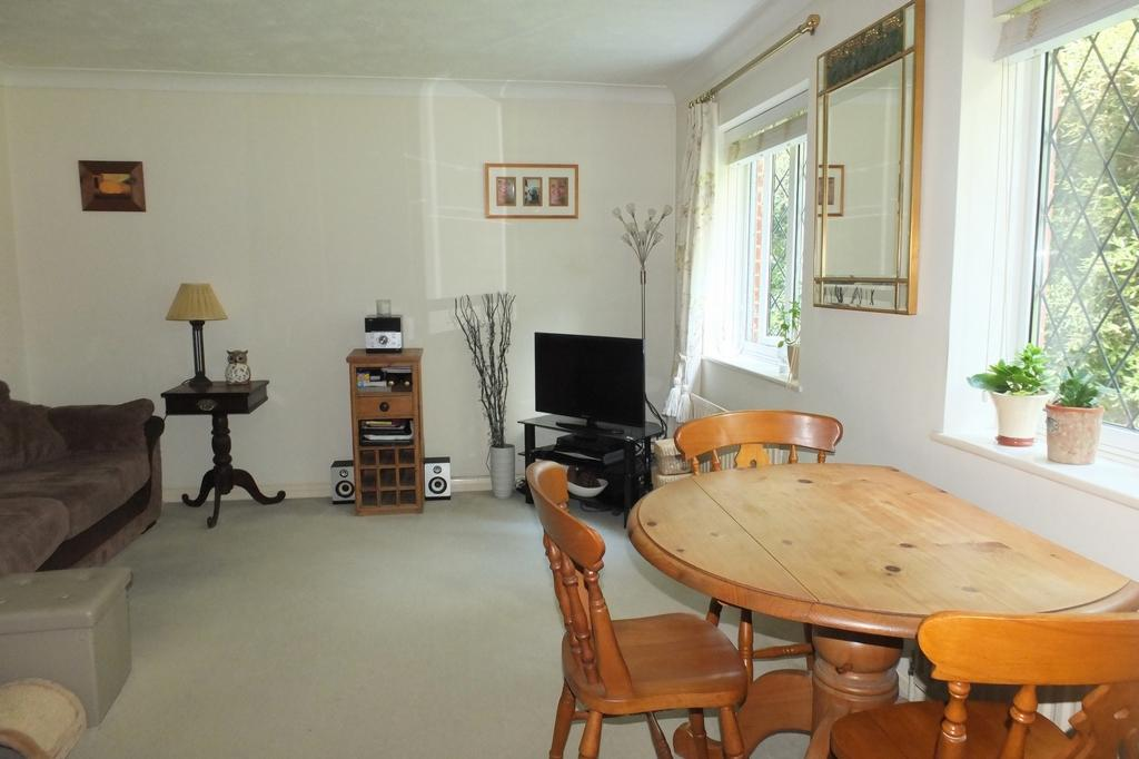 2 Bedrooms Flat for sale in Hatchlands, Cuckfield, RH17