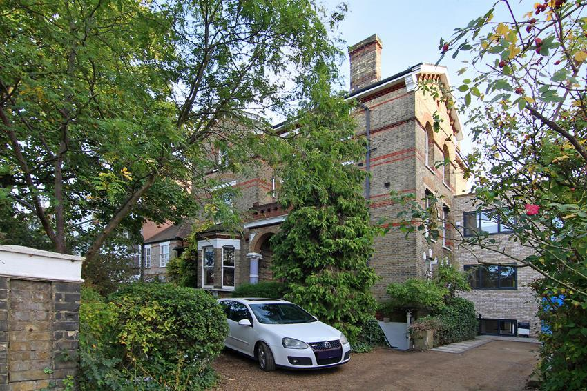 3 Bedrooms Flat for sale in Carlton Drive, London