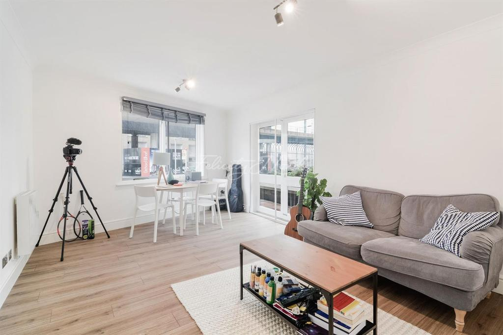 2 Bedrooms Flat for sale in Peninsula Court, Canary Wharf, E14