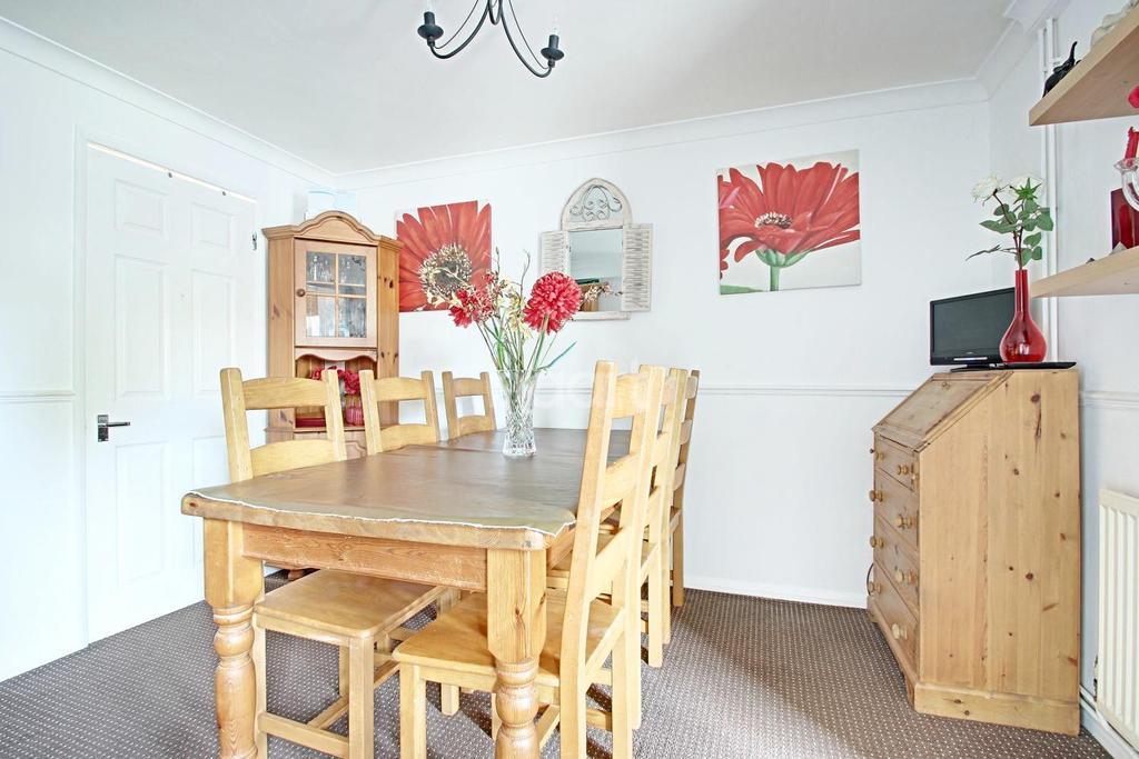 4 Bedrooms Semi Detached House for sale in Cedar Chase, Heybridge