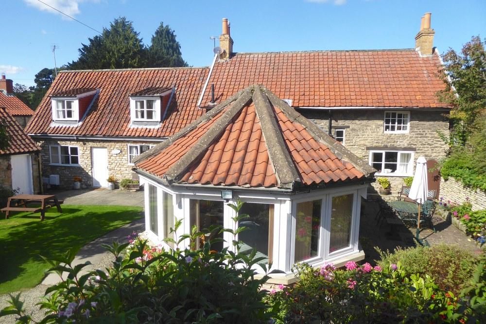 2 Bedrooms Farm House Character Property for sale in Church Farm Cottage, High Street, Thornton le Dale, YO18 7QW