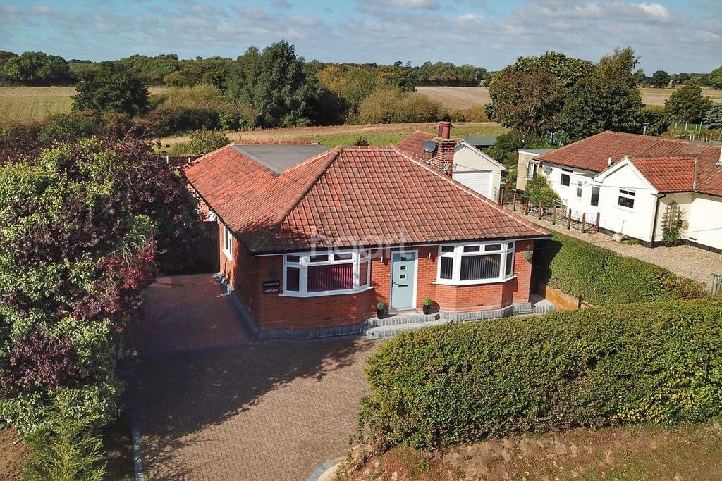 3 Bedrooms Bungalow for sale in Brantham Hill, Brantham, Manningtree, Essex
