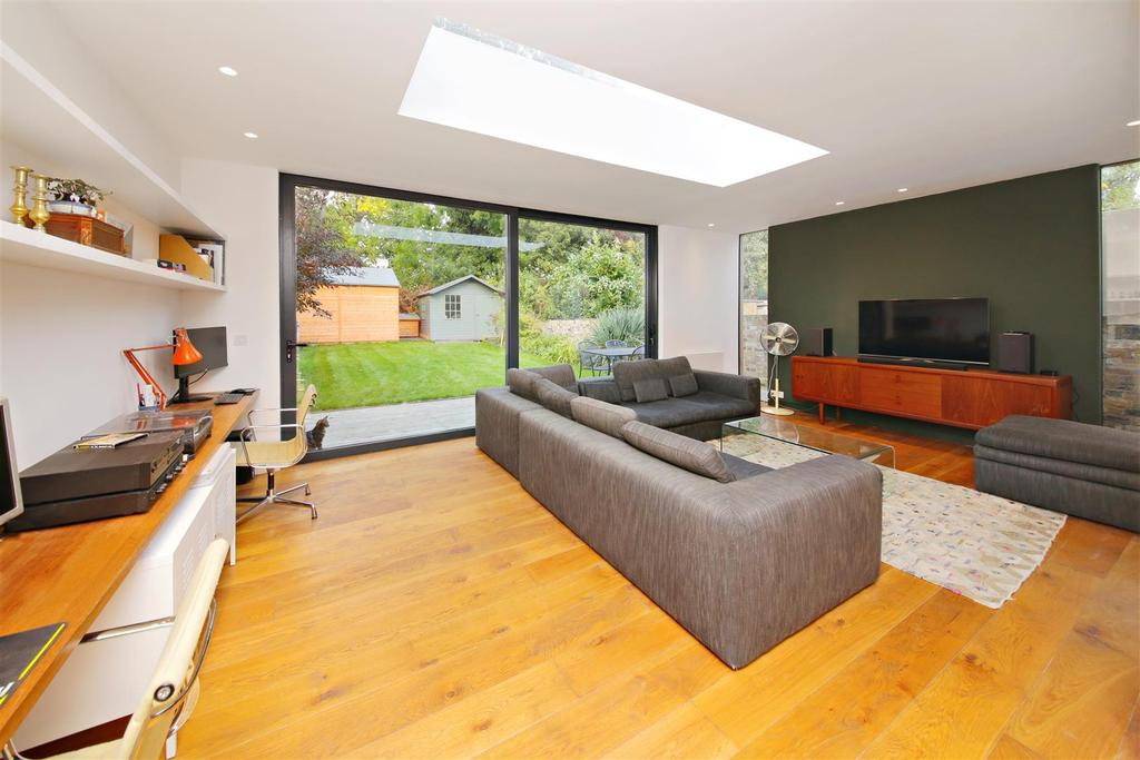 3 Bedrooms Flat for sale in Savernake Road, London