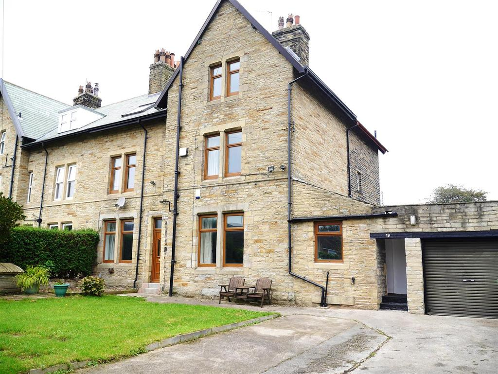 4 Bedrooms Semi Detached House for sale in Clara Road, Bradford