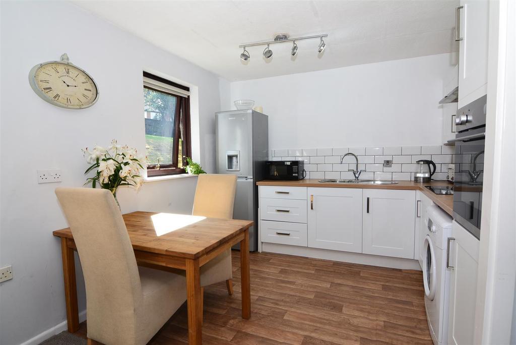 2 Bedrooms Apartment Flat for sale in Springfield Court, Yeadon, Leeds