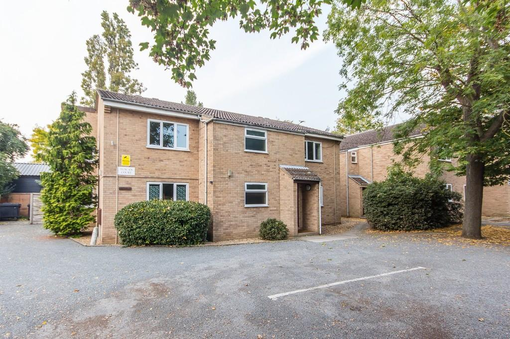 2 Bedrooms Ground Flat for sale in Flat 6, Tuscan Court, Pakenham Close, Cambridge