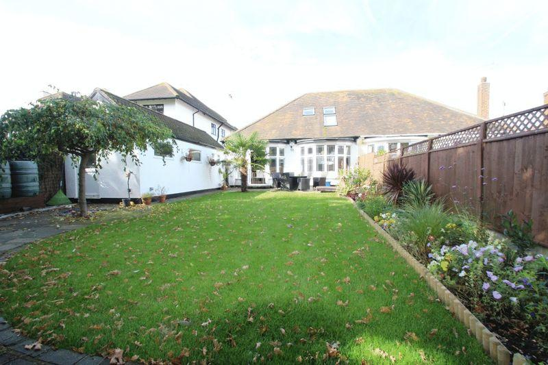 3 Bedrooms Semi Detached House for sale in Winsford Gardens, Westcliff-On-Sea