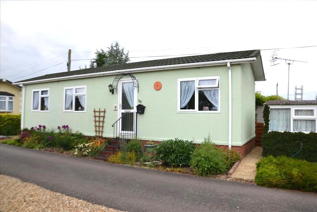2 Bedrooms Park Home Mobile Home for sale in Stratton Park Drive, Biggleswade, SG18