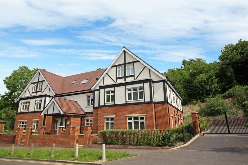 2 Bedrooms Apartment Flat for sale in Lower Barn Road, Purley, Surrey, CR2 1HR
