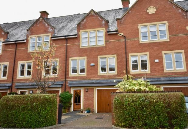 4 Bedrooms Town House for sale in Lavender Close, Leatherhead, KT22