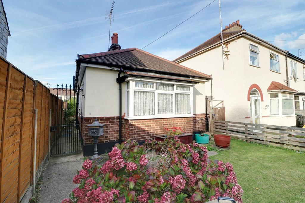 2 Bedrooms Bungalow for sale in Ashton Road, Enfield, EN3