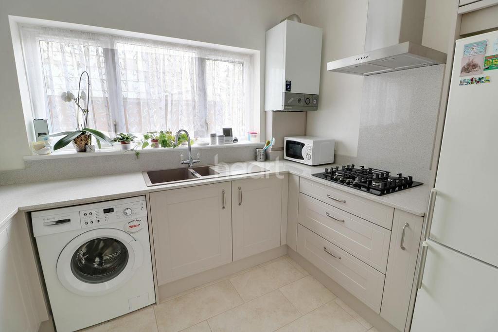 2 Bedrooms Bungalow for sale in Ashton Road, Enfield, EN3