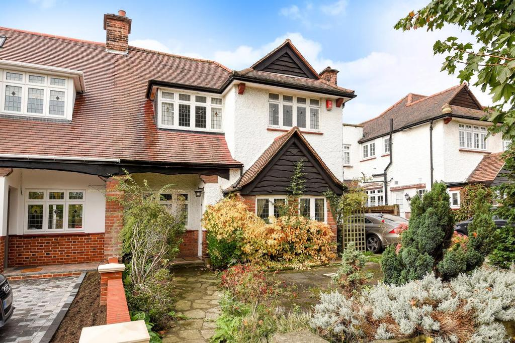 3 Bedrooms Semi Detached House for sale in The Close, Southgate