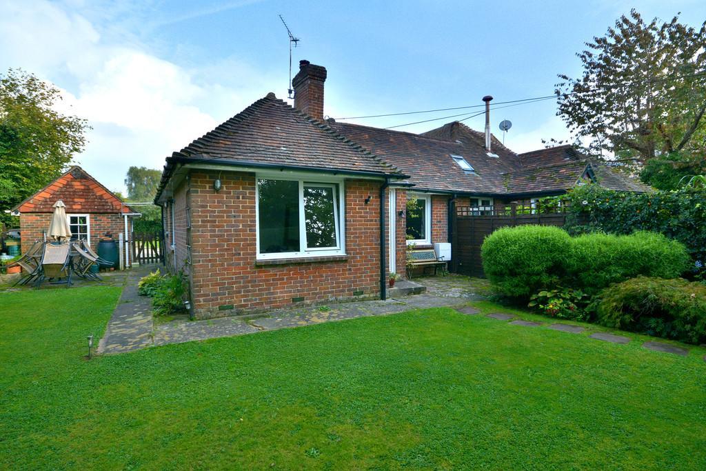 3 Bedrooms Semi Detached Bungalow for sale in West Chiltington
