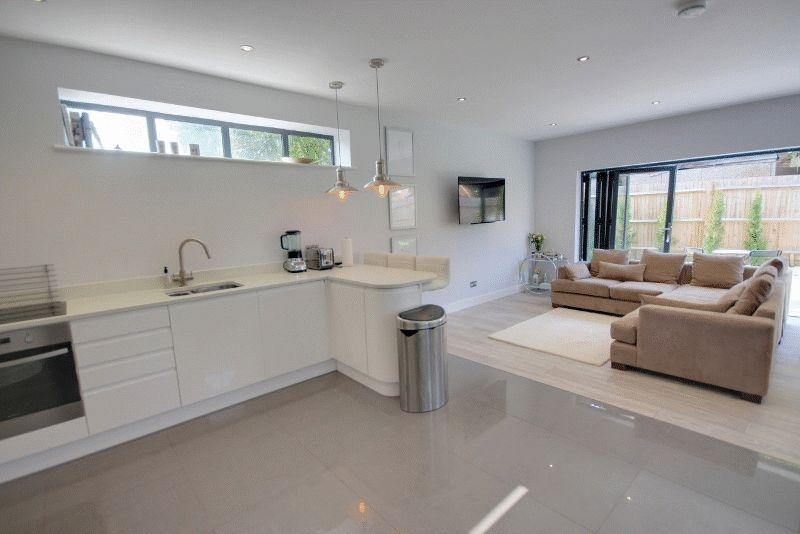 4 Bedrooms Detached House for sale in Queens Road, Haywards Heath