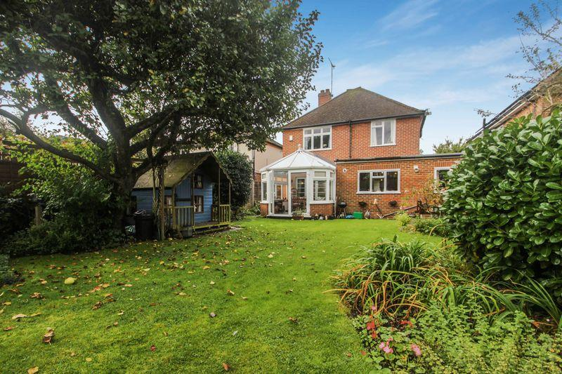 4 Bedrooms Detached House for sale in Broadhurst, Ashtead