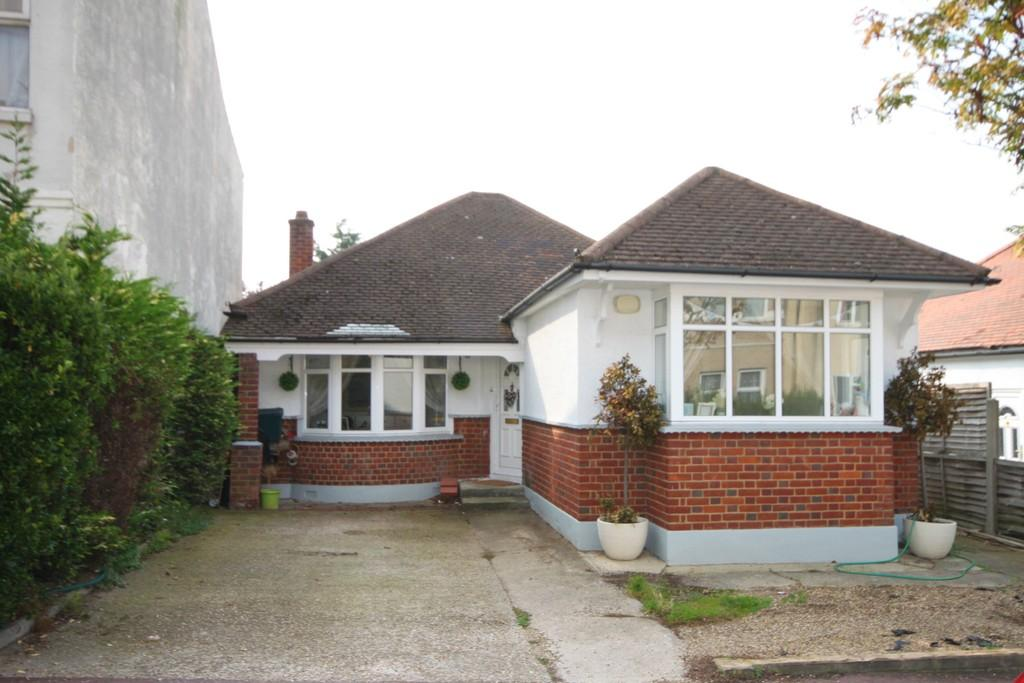 2 Bedrooms Detached Bungalow for sale in Gainsborough Drive, Westcliff-on-Sea