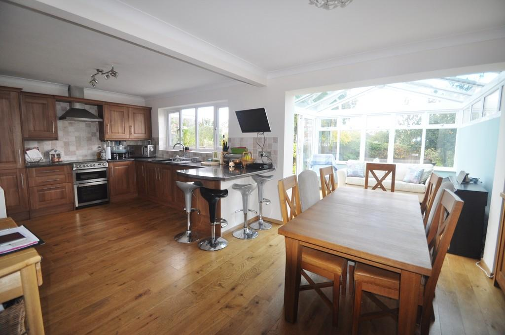 4 Bedrooms Semi Detached House for sale in London Road, Benfleet