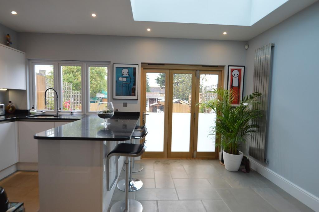 4 Bedrooms Terraced House for sale in Manning Road, Dagenham
