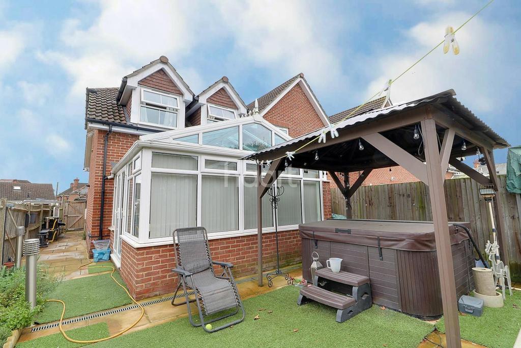 3 Bedrooms Semi Detached House for sale in Heath Close, Aldershot