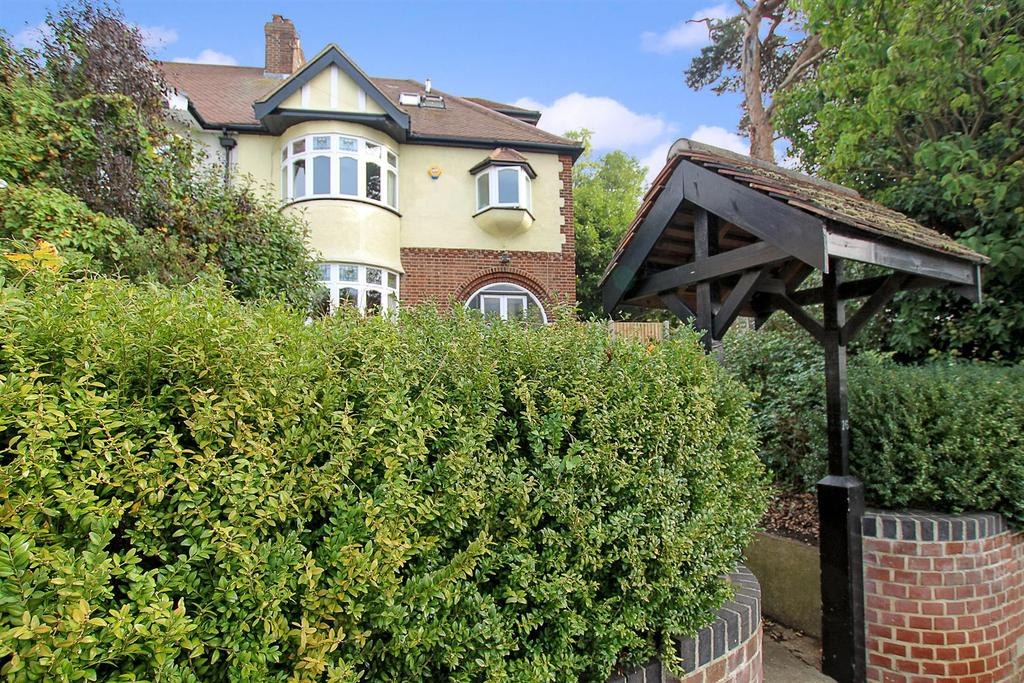 4 Bedrooms Semi Detached House for sale in Kavanaghs Road, Brentwood