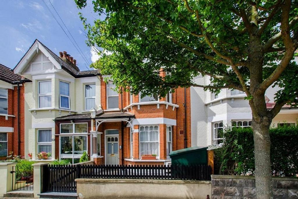 2 Bedrooms Maisonette Flat for sale in Clonmore Street, Southfields