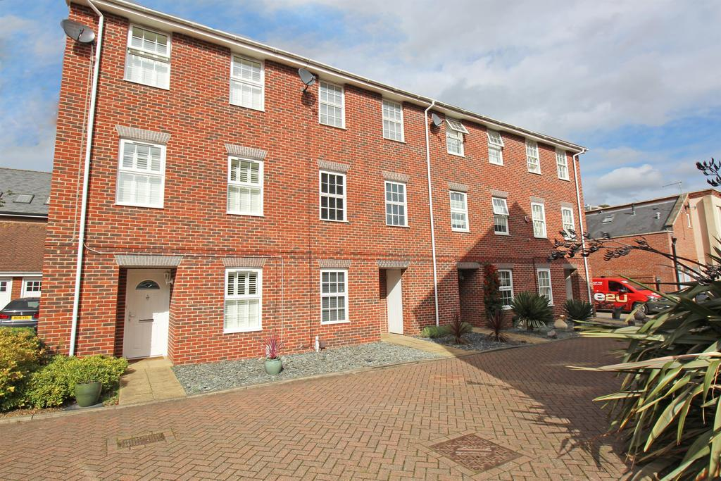 4 Bedrooms Town House for sale in Howarde Court, Stevenage, SG1 3DF