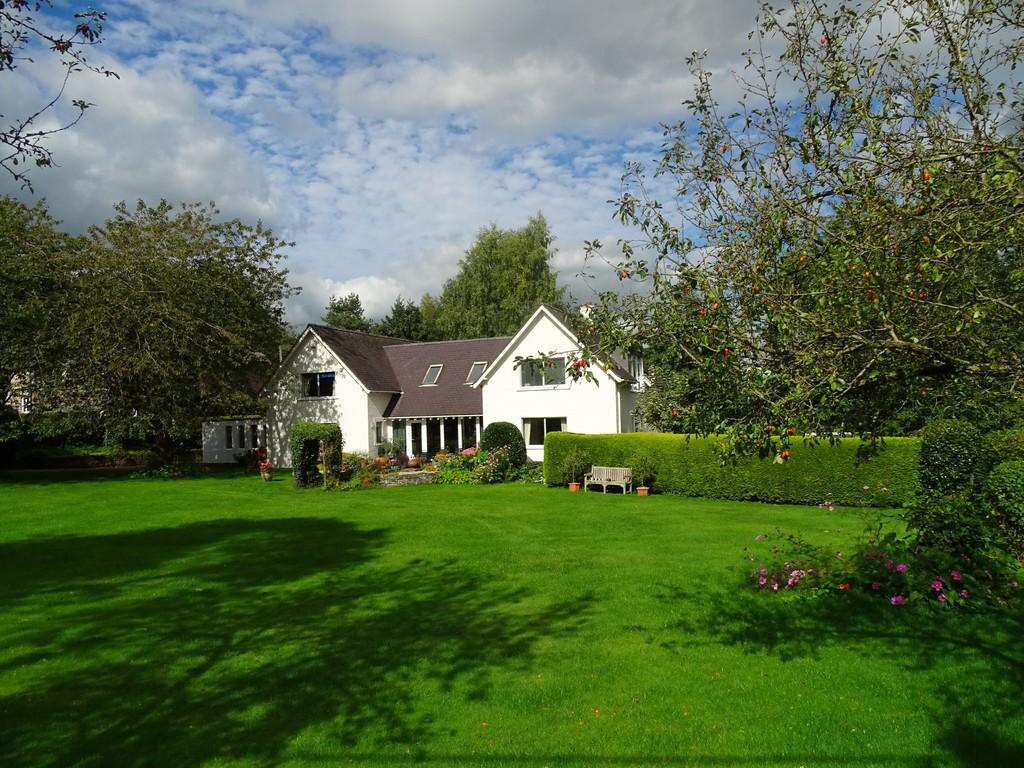 4 Bedrooms Detached House for sale in Efenechtyd, Ruthin
