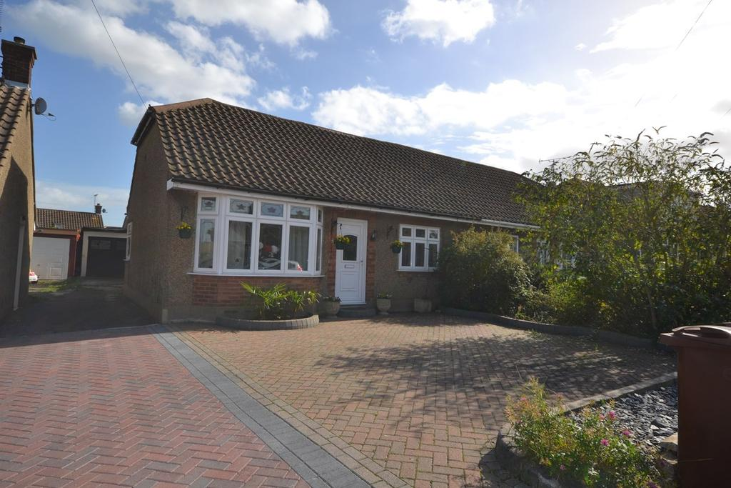 4 Bedrooms Chalet House for sale in Wheatley Road, Corringham, Stanford-le-Hope, SS17