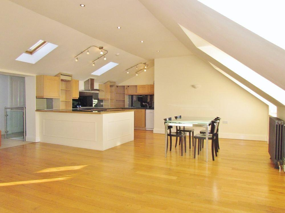 2 Bedrooms Flat for rent in Eastern Terrace, BRIGHTON, BN2