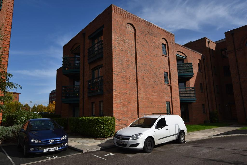 2 Bedrooms Apartment Flat for sale in Wharton Court, Chester