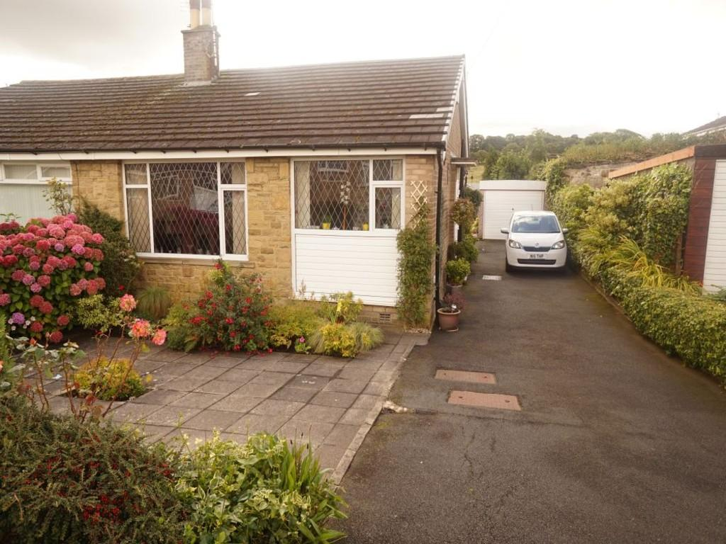 2 Bedrooms Semi Detached Bungalow for sale in Leaventhorpe Way, Bradford
