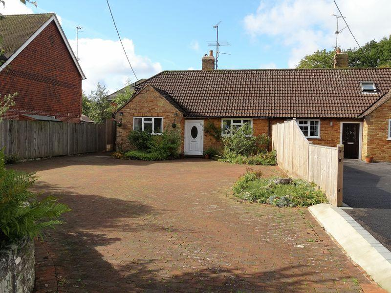 3 Bedrooms Bungalow for sale in Hookley Lane, Godalming