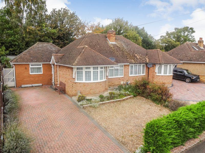 3 Bedrooms Semi Detached Bungalow for sale in Cedar Close, Ampthill
