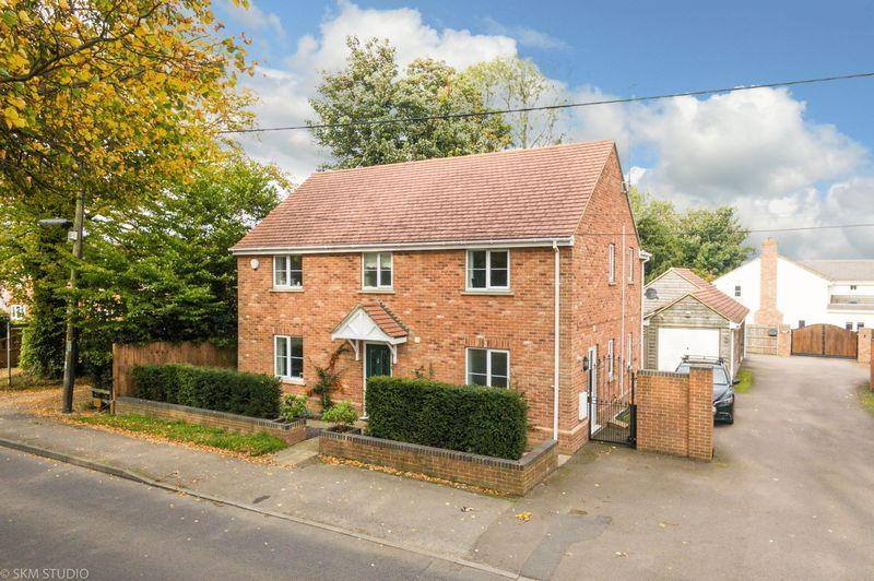 4 Bedrooms Detached House for sale in Common Road, Kensworth **** Parking Garage ****