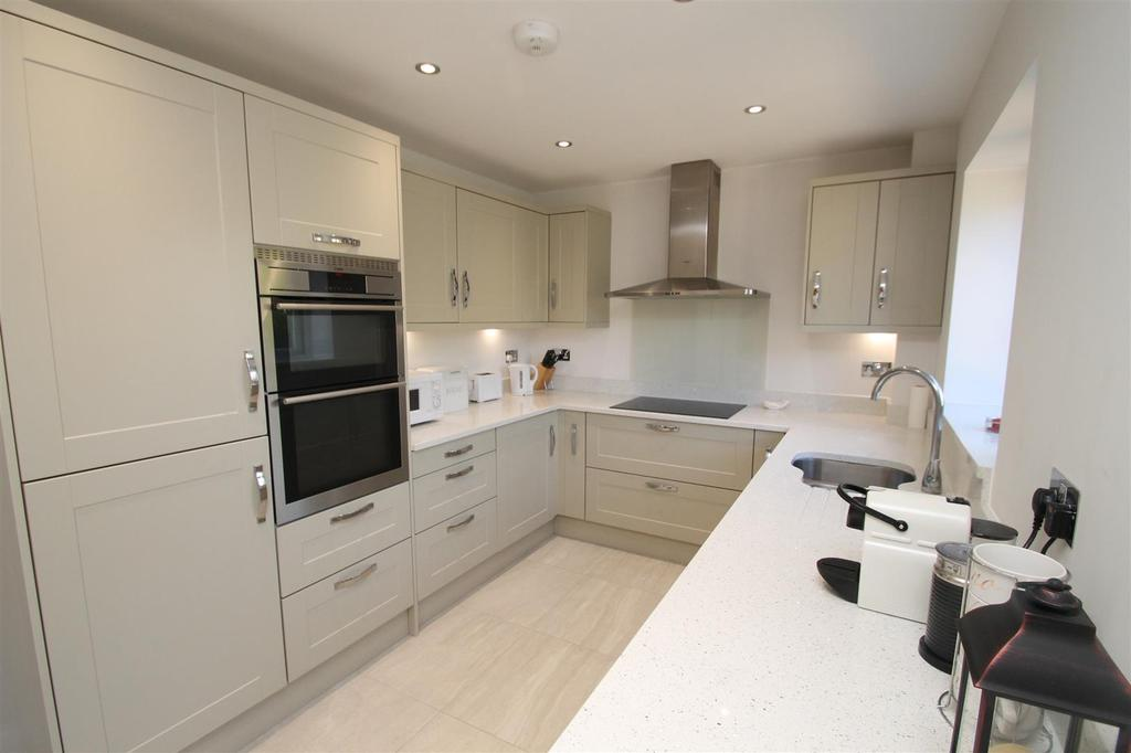 3 Bedrooms Detached House for sale in Covey Hall Road, Snodland
