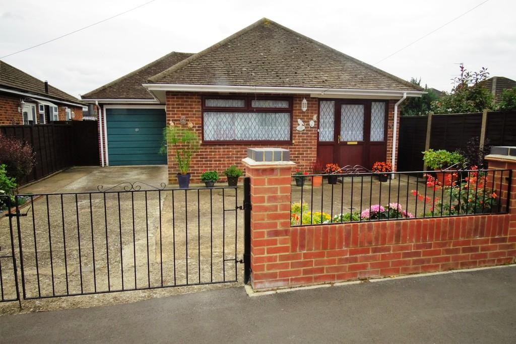 2 Bedrooms Detached Bungalow for sale in Celia Crescent, Ashford, TW15