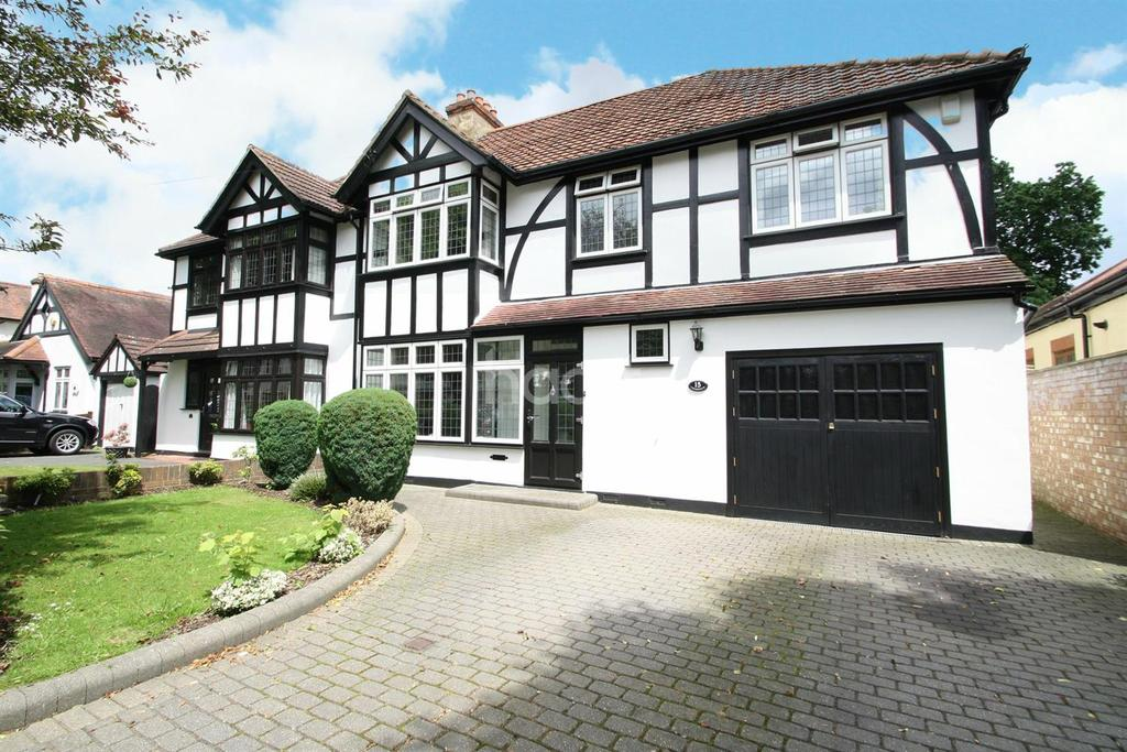 4 Bedrooms Semi Detached House for sale in Crossways, Gidea Park