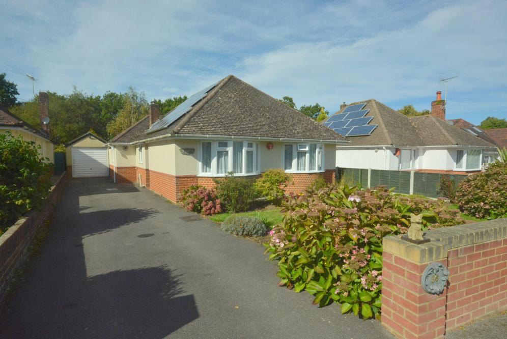 3 Bedrooms Detached Bungalow for sale in Merley, Wimborne