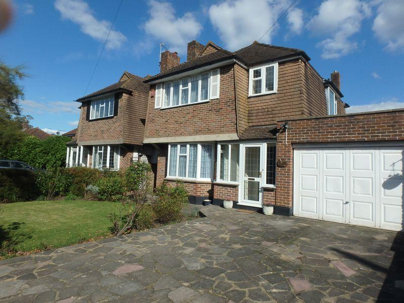 3 Bedrooms Detached House for sale in Woodcote Road, Epsom